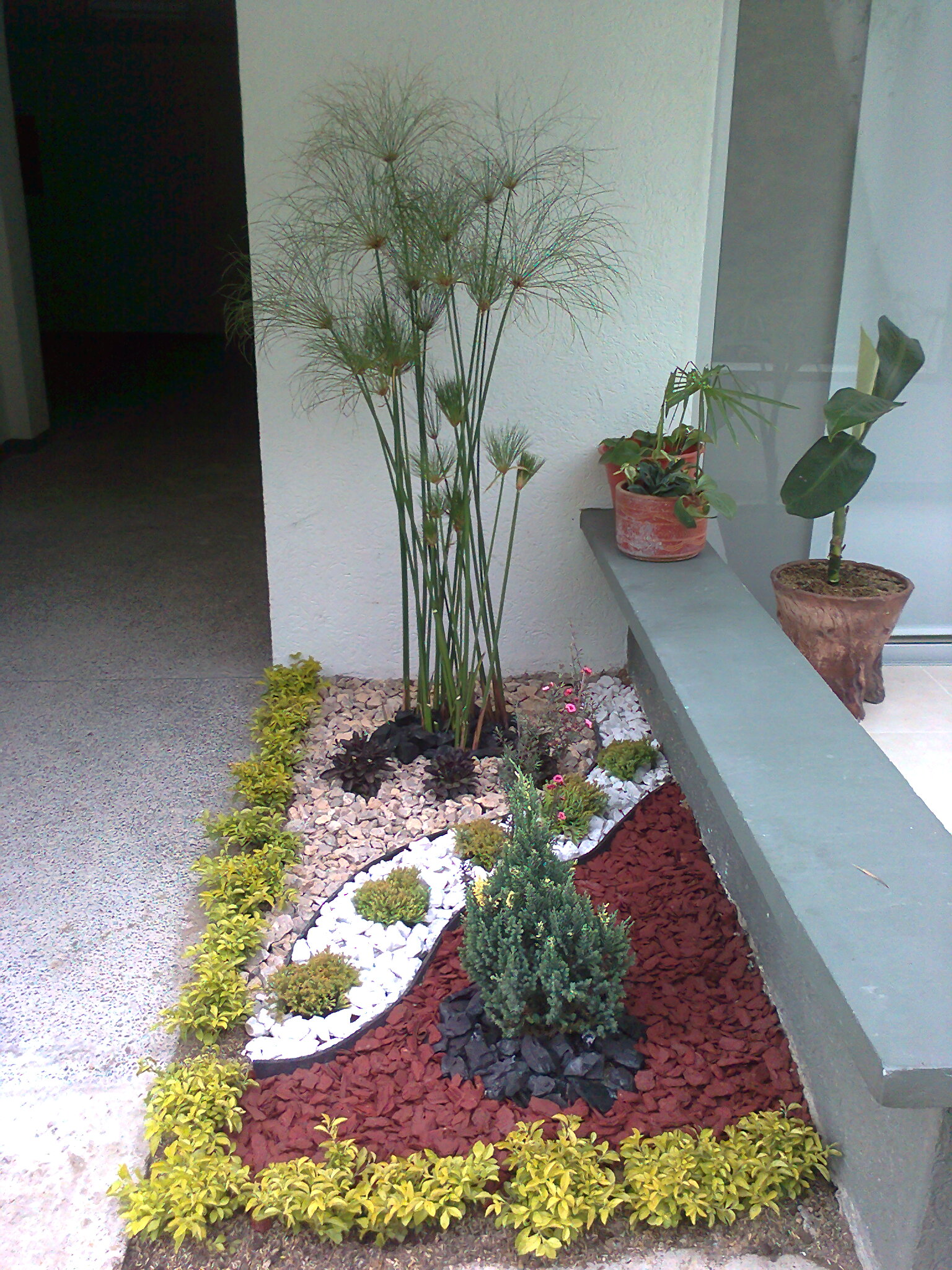 Arreglo de jardines gallery of diseo creativo jardin for Macetas decoradas para jardin